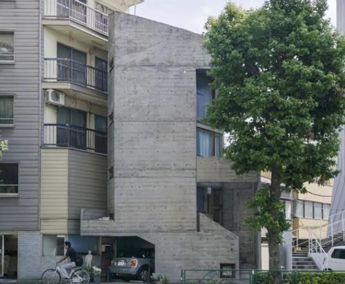 Ngôi nhà của kiến trúc sư Takamitsu Azuma tên Tower House, được thiết kế năm 1966,nằm ngay giữa khu phố đông đúc Shibuya, Tokyo. Trên mảnh đất 20 m2, ông đã khéo léo thiết kế các khu ngoại thất và tường bao quanh, còn lại 12 m2 cho khu nhà ở.