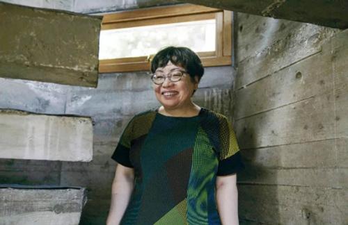 Dong Li Hui. Chủ ở hữu hiện tại là con gái của ông Dong Xiao tên là Dong Li Hui. Con gái ông cũng là một KTS nổi tiếng của Nhật Bản. Cô gái đã sống trong ngôi nhà cùng bố mẹ mình từ khi 6 tuổi. Sau đó, cô tốt nghiệp đại học và du học tại Hoa Kỳ.