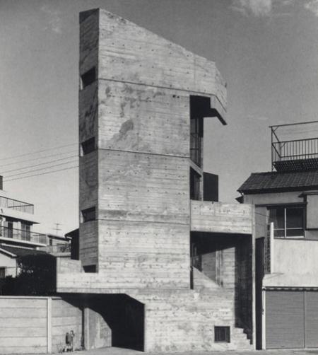 Nhìn từ xa, nó như những khối xếp hình xếp chồng lên nhau. Đến nay, ngôi nhà hầu như không có sự thay đổi nào so với hơn 50 trước. Vẫn là một khối bê tông thô mộc, các khoảng không gian chật hẹp được tận dụng từng centimet.