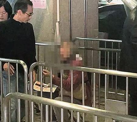 Cụ bà xuất hiện ở bến xe buýt thành phố Hàng Châu để xin tiền người qua đường. Ảnh: China Press.