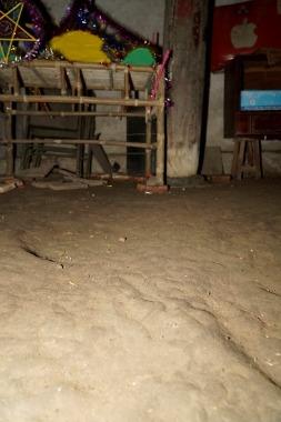 Nền đất trong phòng ngủ đã trải qua 4 thế kỷ nhưng ông Toàn vẫn không muốn lát gạch. Ảnh:Trọng Nghĩa.
