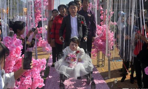 Đôi vợ chồng trong đám cưới mới đây. Ảnh: Xuehua.
