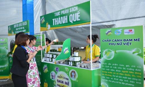 Là một trong chuỗi hoạt động của chương trình Chắp cánh đam mê phụ nữ Việt, Phiên chợ cuối tuần tại Co.opmart Bến Tre và Thanh Hóa diễn ra trong 2 ngày vừa qua đã để lại dấu ấn ý nghĩa cho phụ nữ nông thôn.
