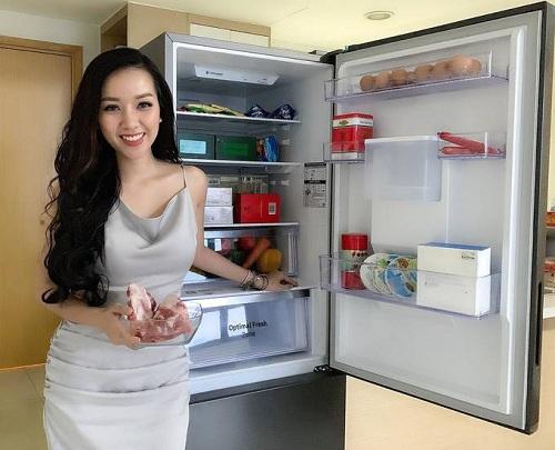 Băng Di khá háo hức với thiết kế tủ lạnh sang trọng phù hợp cho căn nhà mới cũng như chức năng trữ thực phẩm mà thiết bị này mang lại. Nữ diễn viên có thể thỏa thích nấu nướng tại nhà dù không có nhiều thời gian. Cô còn hứa hẹn với bạn trai sẽ nấu nhiều món ngon hơn, nhắn nhủ anh mua thực phẩm cho vào đầy chiếc tủ lạnh của cô.