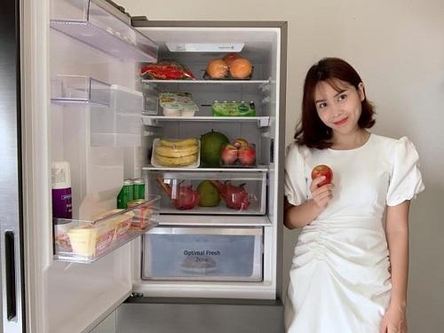 Với lịch trình làm việc dày đặc, Lưu Hương Giang thường xuyên trữ thực phẩm cho cả tuần bằng cách bảo quản thịt cá trong ngăn đông đá. Những lần vào bếp càng mất thời gian hơn bởi cô phải đợi hàng giờ để rã đông, thói quen nấu nướng này cũng phần nào ảnh hưởng đến giá trị dinh dưỡng, hương vị món ăn. Từ ngày trải nghiệm tủ lạnh Samsung có ngăn đông mềm, nữ ca sĩ không còn lo ngại độ tươi mới của thực phẩm bởi nhiệt độ -1 độ C trữ thịt cá đến 14 ngày.