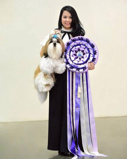 Lan và chú chó đạt giải nhất tại một cuộc thi chó 2018.