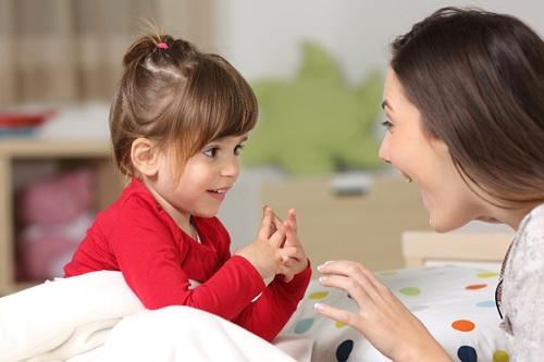 Khi nghe kể chuyện thường xuyên, bé học thêm nhiều từ mới, cải thiện khả năng giao tiếp. Ảnh: Shutterstock.