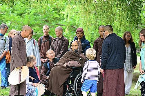 TS Nguyễn Mạnh Hùng (đội mũ) có duyên gặp Thiền sư Thích Nhất Hạnh khi Thầy về chùa Từ Hiếu. Ảnh: