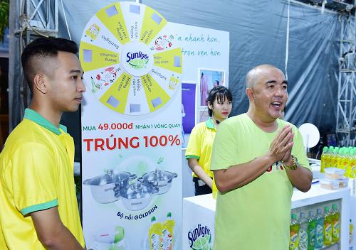 Nghệ sĩ Quốc Thuận tham quan phiên chợ cuối tuần tại Co.opmart Bến Tre động viên tinh thần khởi nghiệp cho phụ nữ nông thôn. Xin ảnh chất lượng hơn.