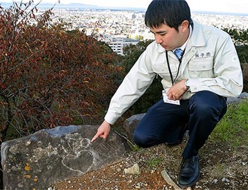 Một trong các phiến đá thuộc Thành cổ Yonago, Nhật Bản bị viết, vẽ bậy lên bằng tiếng Việt. Ảnh: Asahi.