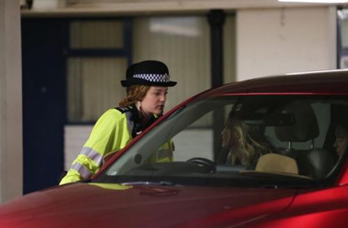 Cảnh sát đang kiểm tra các xe hơi trong khu vực. Ảnh: The Mirror.