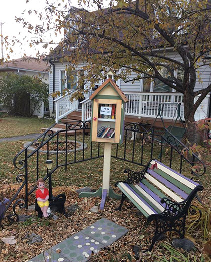Thư viện miễn phí đặt ở nhiều nơi tại khu anh Kiên sống, mọi người đều có thể ngồi đọc sách và hầu như không ai lấy mang về bao giờ. Ảnh: Bùi Kiên.