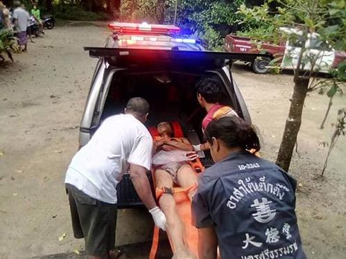 Reawat được đưa đi cấp cứu. Ảnh: Viral Press.