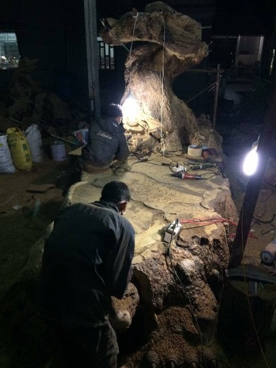 4 người phải làm việc 16 tiếng mỗi ngày trong 8 tháng mới xong chiếc bàn gần 5 tấn, với tạo hình cụ rùa và cây tùng cổ thụ. Riêng 2 chiếc ghế đơn, các nghệ nhân đã phải chế tác trong 3 tháng liên tục.Ảnh: NVCC.