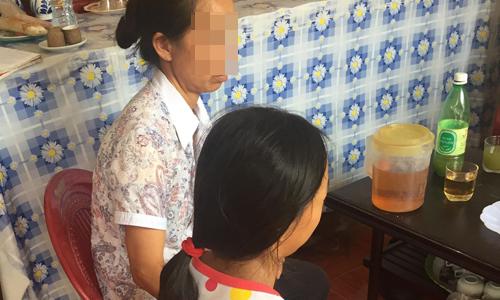 Chị Thanh và bé Thu, sinh năm 2006, nạn nhân bị xâm hại tháng 4/2017. Ảnh: Hà Trịnh.