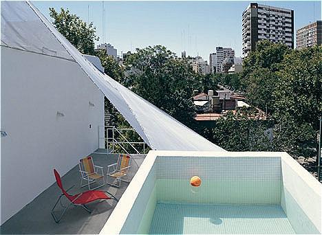 Nhiều gia chủ chỉ háo hức thời gian đầu sau đó một thời gian làchán, không thích bơi ở nhà. Ảnh: Cristobal Palma.
