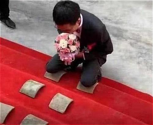 Chú rể dùng gối làm vỡ gạch để được đón dâu. Ảnh: Xuehua.