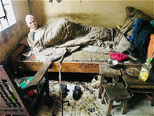 Chàng trai cụt chân bế bồng, lau dọn cho cụ già xa lạ - ảnh 1