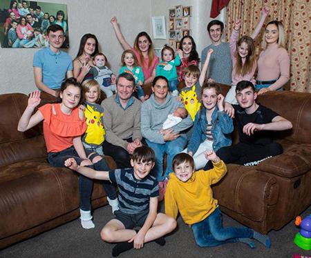Gia đình đông con nhất nước Anh chào đón thành viên thú 21. Ảnh: The Sun.