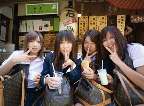 Đã qua rồi thời kỳ phụ nữ Nhật ra đường phải xách túi LV. Giờ đây người Nhật quan niệm, ai xách túi LV là nông dân hay người ngoại quốc. Ảnh: Art.