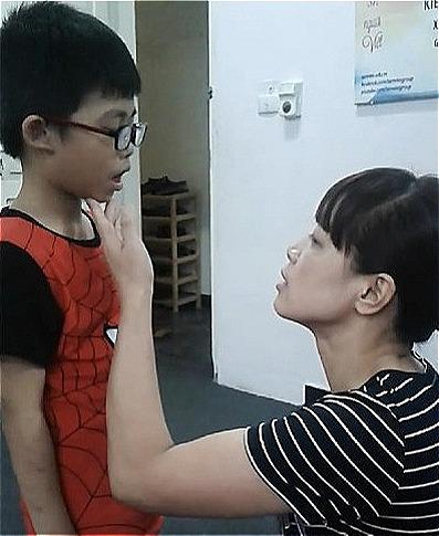 Cách đây một năm, Hưng còn phải học từ cách mở khẩu hình để phát âm. Ảnh: NVCC.
