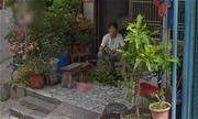Con gái bật khóc khi bất ngờ thấy ảnh mẹ đã mất ngồi trước hiên nhà