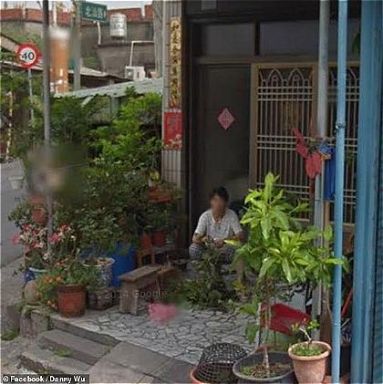 Danny nhìn thấy mẹ của mình đang ngồi nhặt rau trước nhà. Ảnh: Hotlifestylenews.