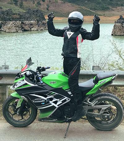 Tích cóp 6 năm làm văn phòng, Huyền quyết định dành một phần mua chiếc xe môtô đầu tiên hơn 100 triệu. Ảnh: NVCC.