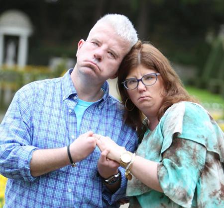 Alex và Erin đều không thể biểu đạt cảm xúc trên gương mặt.