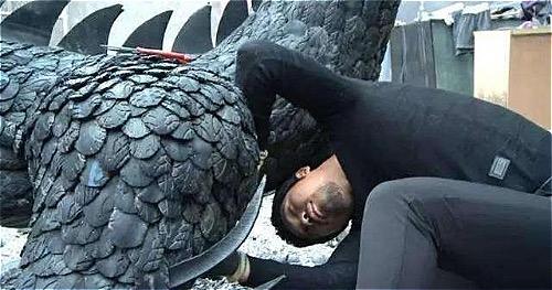Đoan Khải mất hai năm làm con rồng từ lốp xe. Ảnh: Sohu.