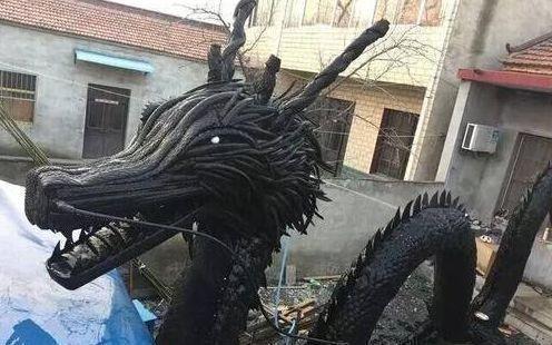 Hình dáng con rồng làm ra từ lốp xe bỏ đi. Ảnh: Sohu.