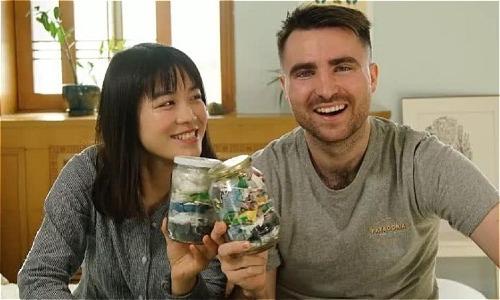 Cô gái Yu Yuan và bạn trai chỉ tạo ra lượng rác đủ nhét trong hai cái lọ sau 3 tháng. Ảnh: wenxuecity.