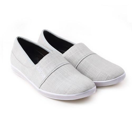 Giày Repas Slipon thời trang nam Zapas: 99.000 đồng.Mẫu giày được gia công tỉ mỉ và tinh tế trong từng đường may, mũi chỉ vì vậy luôn bền chắc với thời hạn sử dụng lâu dài. Với tone màu xám các chàng trai sẽ dễ dàng kết hợp với nhiều set đồ, tự tin thể hiện bản thân mình  trợt. Thiết kế trẻ trung, đơn giản, dễ dàng phối với nhiều trang phục khác nhau mà vẫn thời trang.