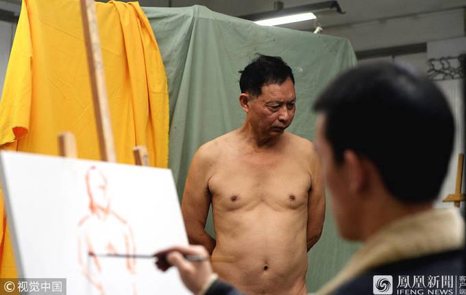 Cuộc sống của người đàn ông 67 tuổi làm mẫu nude
