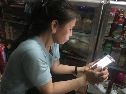 Dù hiện nay, mỗi ngày chị Lài đều gặp chồng cụ ở chợ, nhưng mối quan hệ của họ chỉ là bạn bè để cùng nhau lo cho con. Ảnh: P.T.