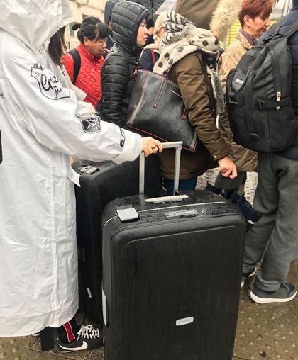Nhiều người mang cả valy đi để đựng đồ sale. Ảnh: Tuyết Trần.