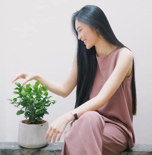 Helly Tống chia sẻ nói chuyện với cây, sống hòa mình với thiên nhiên là thói quen có từ rất lâu của cô.