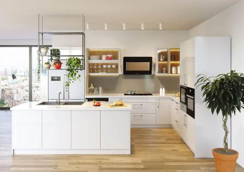 Một gian bếp Meister thiết kế theo dạng module với màu trắng tối giản, kết hợp với các thiết bị và phụ kiện màu đen.