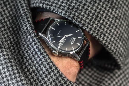 Cuối năm là dịp để các tín đồ đồng hồ mua hàng chính hãng với giá tốt, thậm chí rẻ hơn một nửa so với ngày thường.