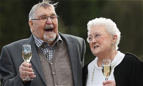 Vợ chồng ôngDennis vàbà Shirley Banfield uống mừng khi trúng giải 18 triệu bảng hồi tháng 2. Ảnh: The Mirror.