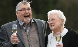 Trúng giải 18 triệu bảng, cặp vợ chồng già vẫn sống đạm bạc