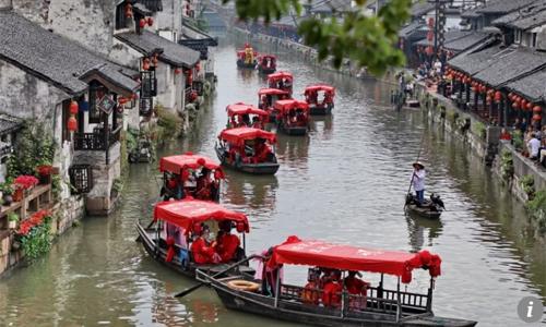 Những đám cưới rình rang rước dâu bằng cả đoàn thuyền, đoàn ôtô hay bày tiệc trên cả dãy phố khá phổ biến ở Trung Quốc.