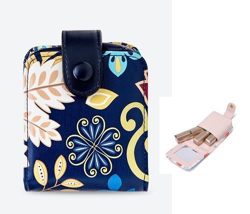 Những cô nàng thường xuyên mang theo nhiều thỏi son có thể sắm ngay một chiếc ví đựng riêng để tránh tình trạng thấy lạc. Bạn gái tham khảo ví son màu xanh navy Venuco Madrid N01M69