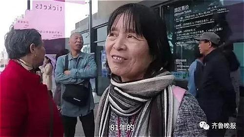 Bà Wang thấy con tuổi cao, không mơ lấy chồng chưa vợ nên đã đăng tuyền đàn ông đã ly hôn trên thông báo tìm bạn đời cho con tại một công viên ở Thượng Hải. Ảnh: Ifeng.