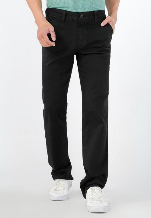Quần kaki nam Papka dài ống đứng giá 220.000 đồng. Màu đen cổ điển dễ dàng kết hợp với áo thun, áo polo giúp mang lại sự thoải mái, năng động cho các chàng trai