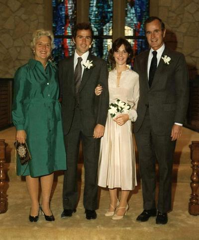 Cô dâu chọn chiếc váy cưới khá đơn giản. Ảnh: Trend-chaser.