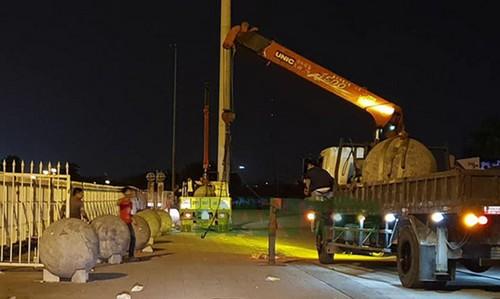 Những quả bóng bị xích với nhau được đưa khỏi sân vận động Mỹ Đình trước đêm bán kết lượt về AFF Cup tại Hà Nội. Ảnh: Minh Khang.
