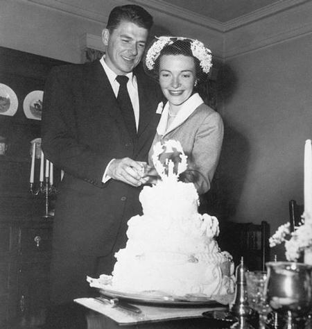 Cô dâu chú rể chọn trang phục đơn giản nhưng tinh tế trong ngày cưới. Ảnh: Trend-chaser.