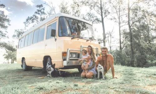 John và Victoria thường xuyên chia sẻ về cuộc sống và những cuộc phiêu lưu của mình trên Instagram và Youtube. Ảnh: Thelivingfreefamily.