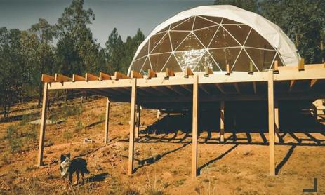 John và Victoria dựng căn nhà đặc biệt với phần mái vòm làm phòng ngủ của cả nhà. Ảnh: Thelivingfreefamily.